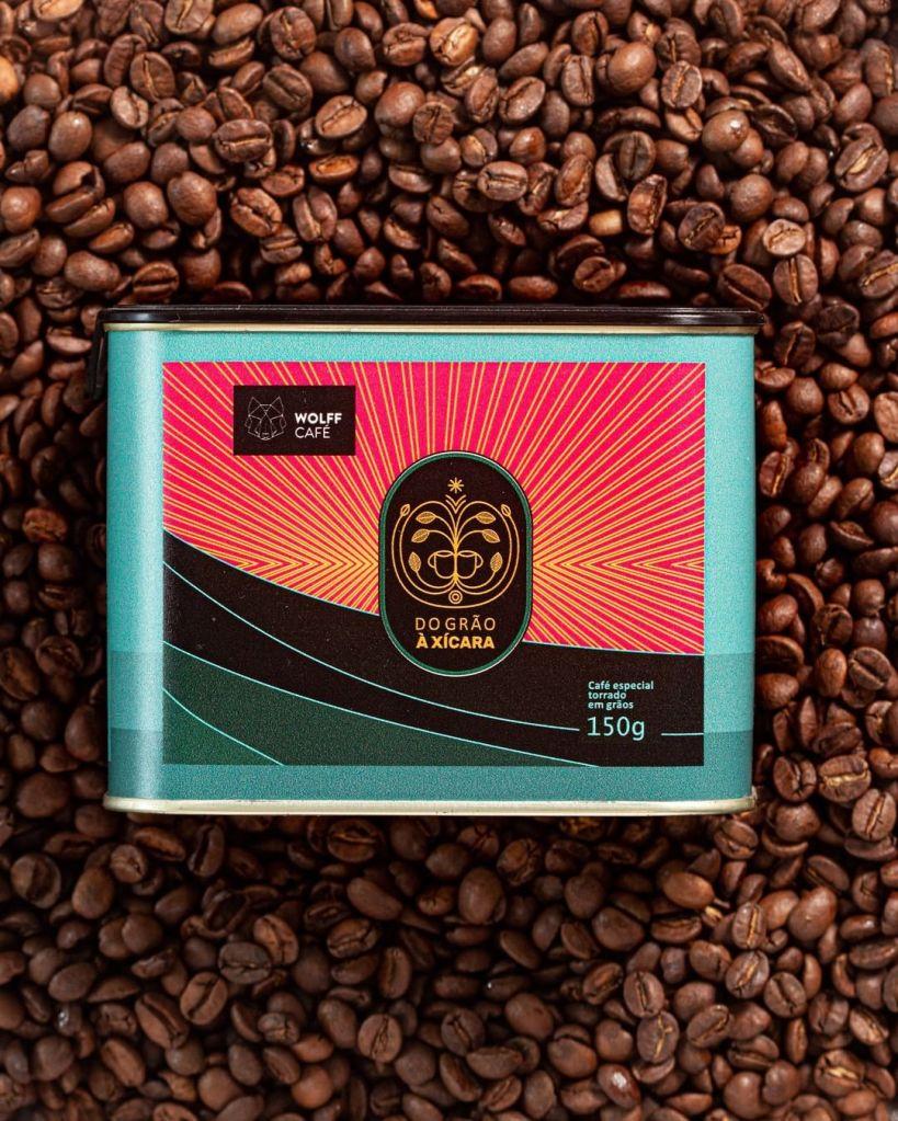 Imagem com café da Wolff Café em grãos com a embalagem em lata na frente. Sugestão para o Dia da Secretária